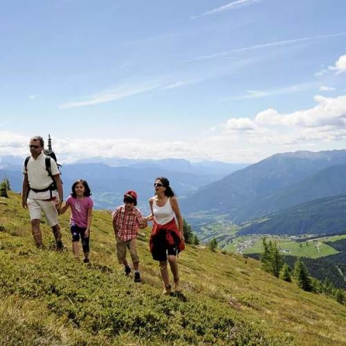 Frühling in den Bergen mit Ihrer Familie und Kindern